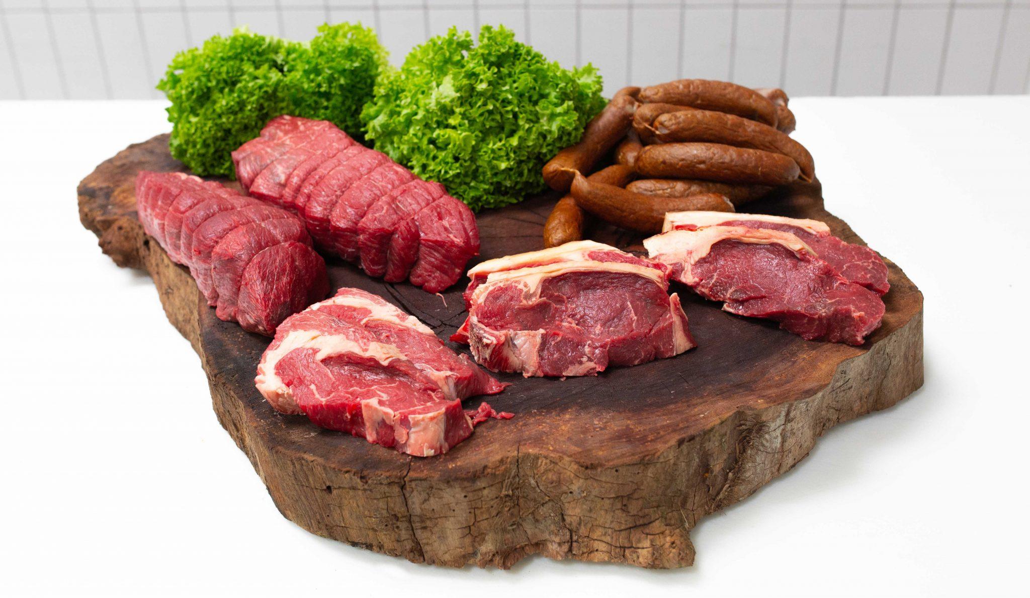 Bestil kød online København, forskelligt kød anrettet på et træ bræt